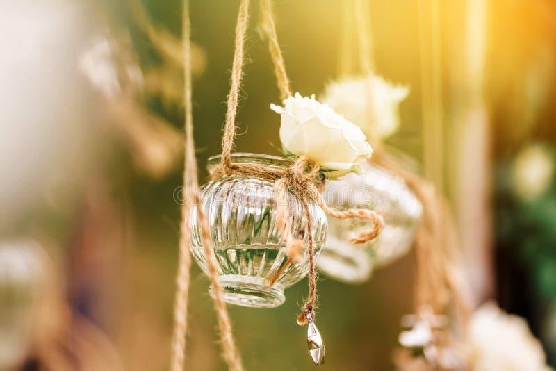 Décoration florale de mariage originale sous forme de mini-vases et de bouquets photos stock