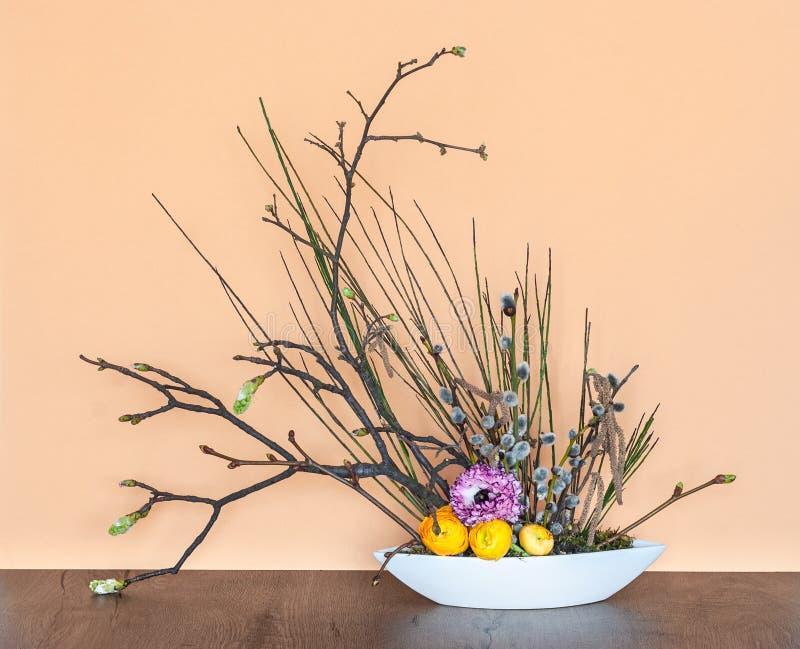 Décoration florale de ressort avec de jeunes brindilles photos libres de droits