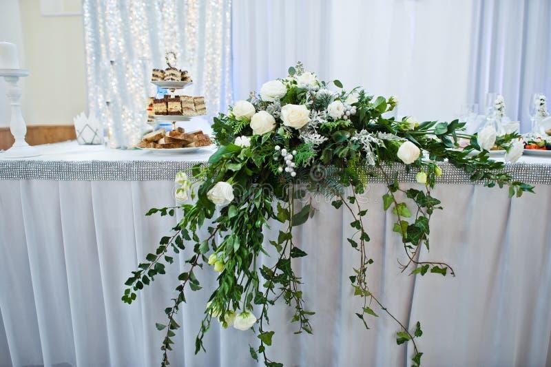 Décoration florale fantastique s'étendant sur la table principale de mariage dedans images stock