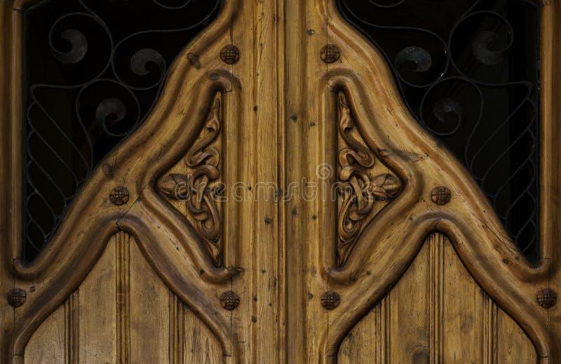 Décoration florale gravée sur la porte en bois d'or image stock