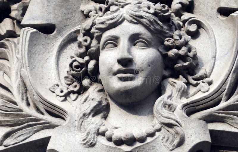 Décoration grecque de visage de femme de pierre de style dans un bâtiment au Mexique image stock