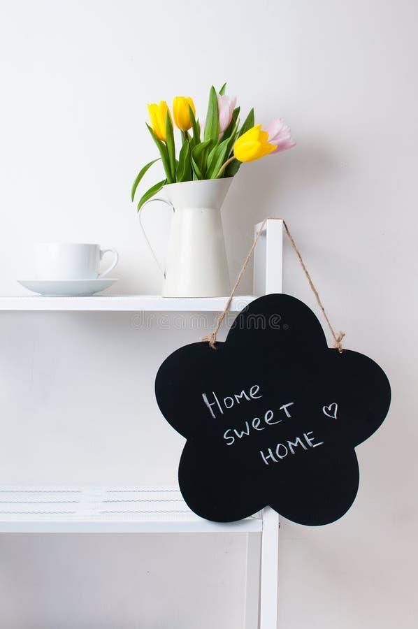 Décoration intérieure à la maison : un bouquet des tulipes, d'une cuvette et d'un chal images stock