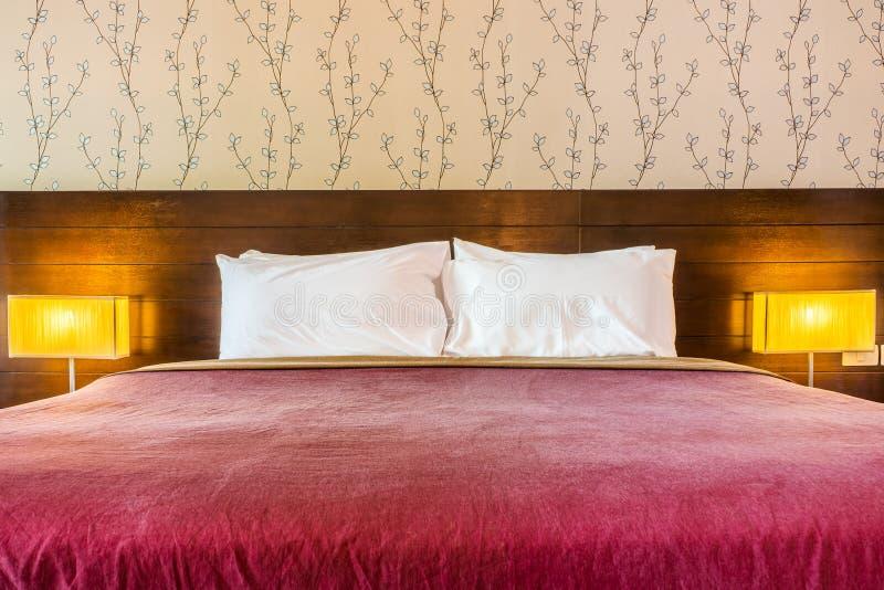 Décoration intérieure de chambre à coucher contemporaine avec la couverture rouge photo stock