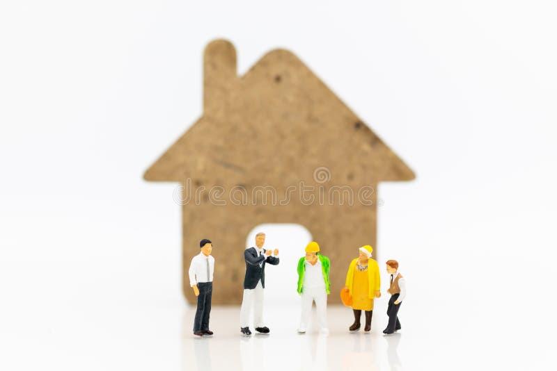 Décoration intérieure de location d'entrepreneur de personnes miniatures pour la maison photographie stock