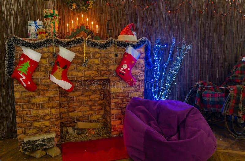 Décoration intérieure de salon de Noël avec des chaussettes de Noël, photos stock