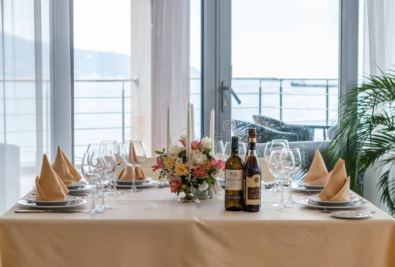 Décoration intérieure de table de beau restaurant image stock