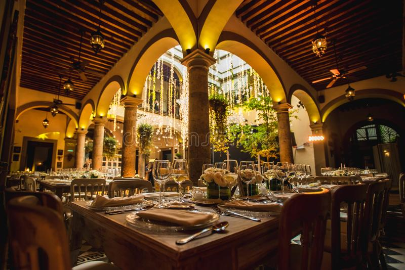 Décoration l'épousant de luxe de salle de bal de faible luminosité pour des mariages, réceptions images stock