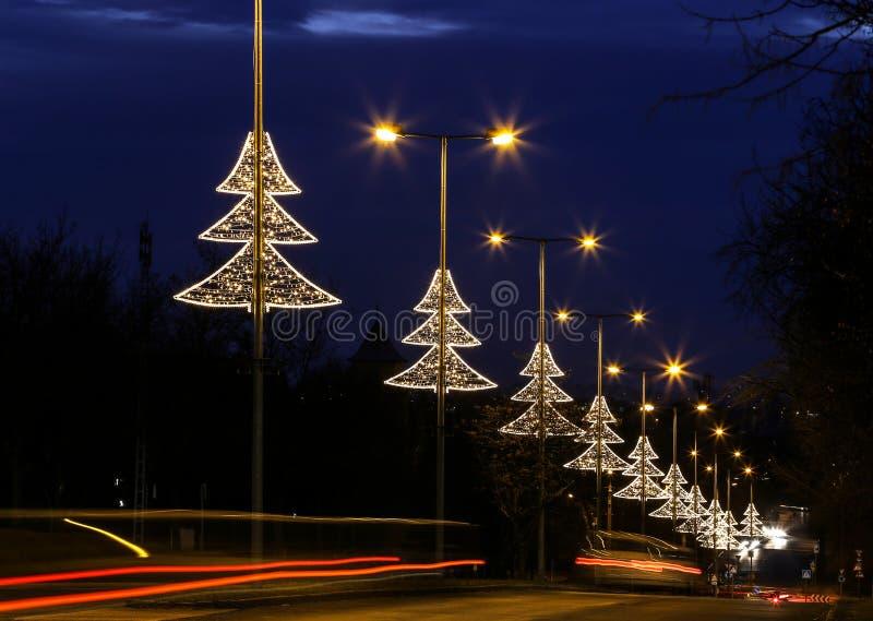 Décoration lumineuse de lumière d'arbre de Noël à Budapest images libres de droits