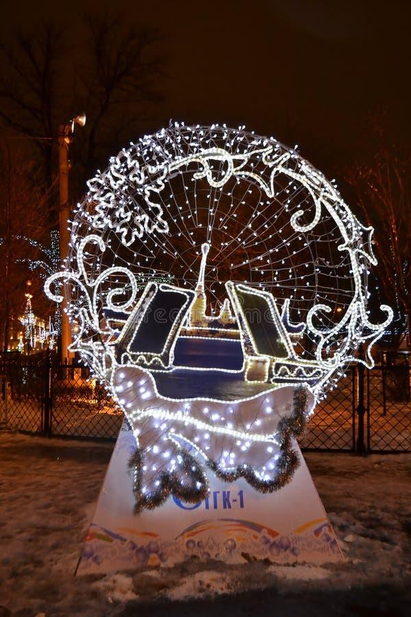 Décoration lumineuse sur la foire de Noël la nuit photos libres de droits