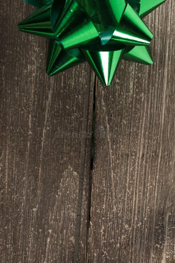 Décoration ou ruban de cadeau de Noël sur un bois de vintage photographie stock libre de droits