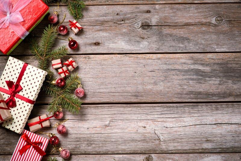 Décoration pendant Noël et la nouvelle année sur un fond en bois image libre de droits