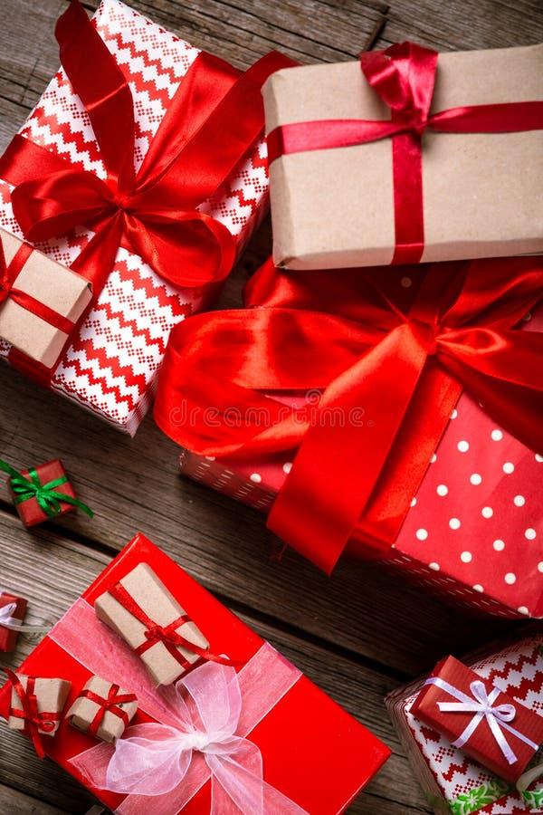 Décoration pendant Noël et la nouvelle année sur un fond en bois photos libres de droits