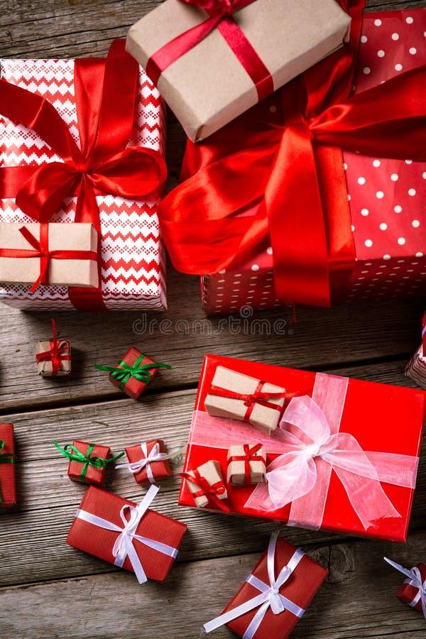 Décoration pendant Noël et la nouvelle année sur un fond en bois photos stock