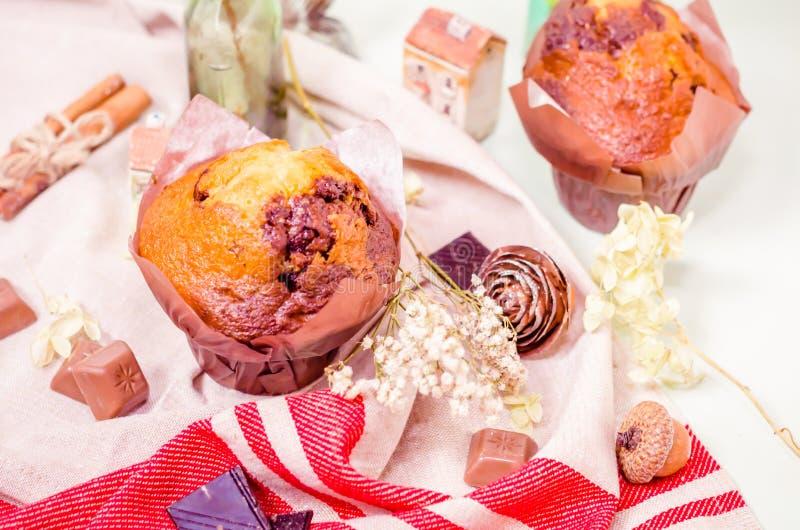 Décoration, petits gâteaux de chocolat et petits pains doux photos libres de droits