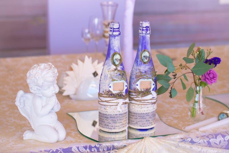 Décoration pour épouser la table dans la couleur pourpre Bouteille de champag photo libre de droits