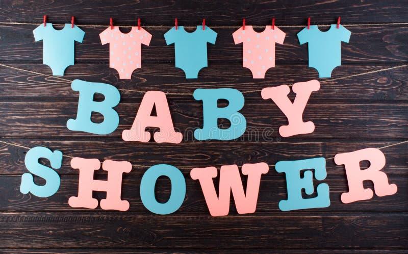 Décoration pour la fête de naissance sur le bureau en bois images libres de droits