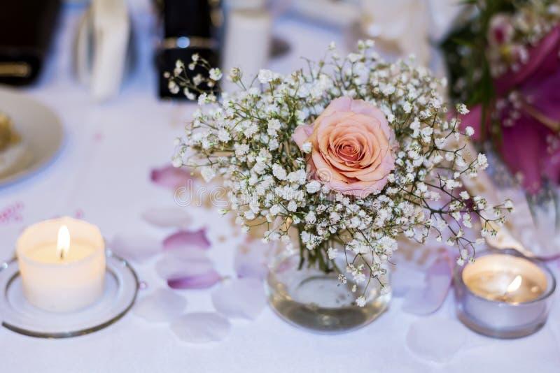 Décoration romantique de mariage avec les roses et les perles roses photos libres de droits