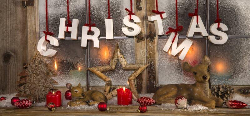 Décoration romantique de Noël avec des bougies dans le colo rouge et blanc images libres de droits