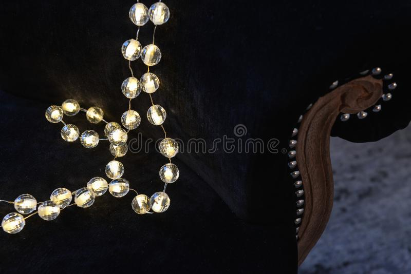décoration romantique de Noël avec les boules argentées et le shinin léger photos stock