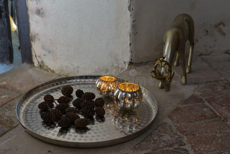 décoration romantique de Noël avec les boules argentées et le shinin léger photographie stock