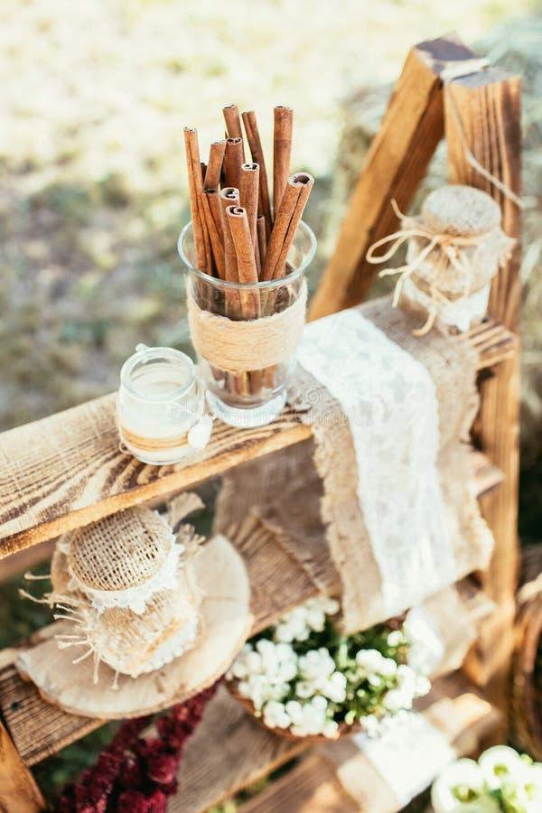 Décoration rustique de mariage avec de la cannelle et des fleurs photos stock