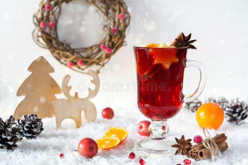 Décoration rustique de Noël de vintage en bois et vin rouge épicé chauffé chaud en décor intérieur d'eco de tasse en verre image stock