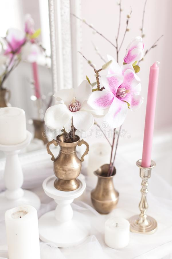 Décoration sensible et légère de la coiffeuse avec des fleurs, bougies Orientation molle Fin vers le haut image stock