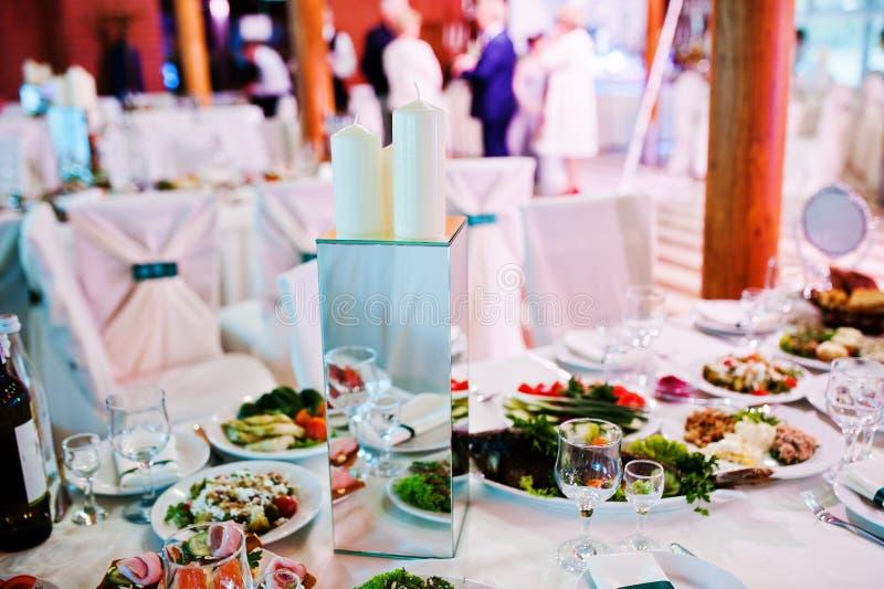 Décoration sur la table sur la noce, le miroir et les bougies photos stock