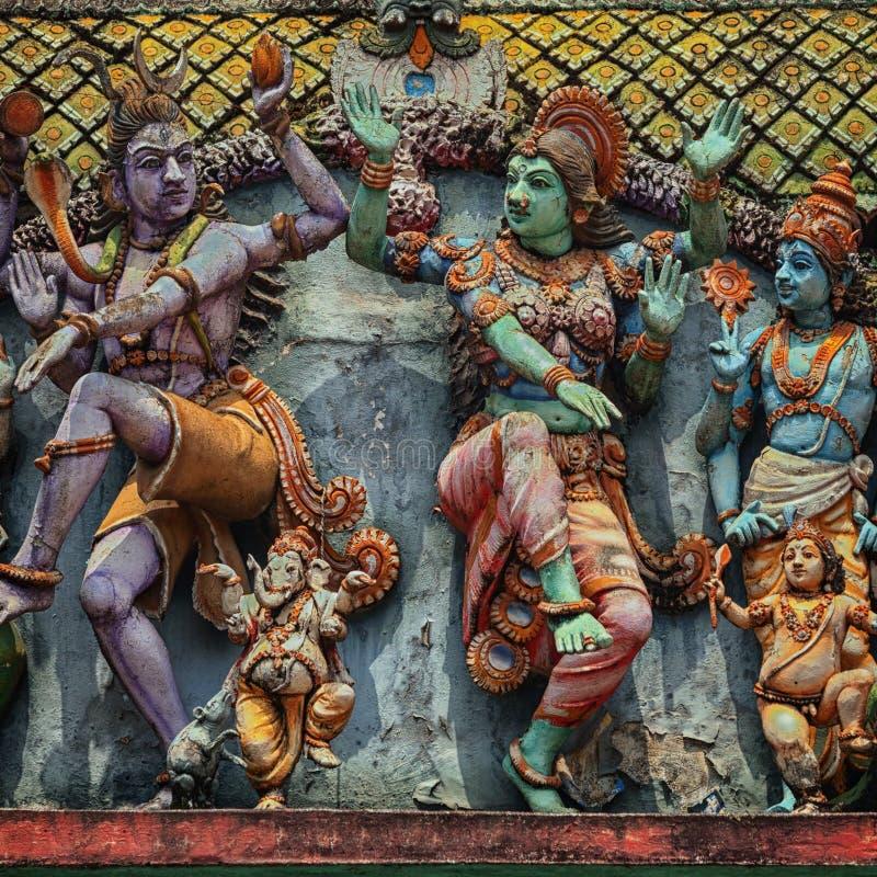 Décoration sur le mur de temple hindou Figures des personnes de danse images stock