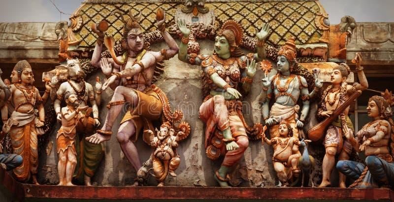 Décoration sur le mur de temple hindou Figures des personnes de danse photographie stock libre de droits