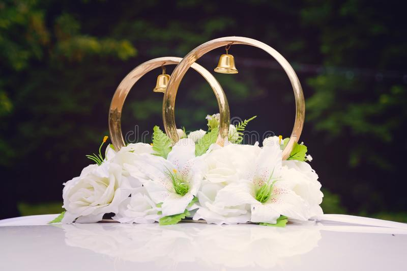 Décoration sur les anneaux les épousant automobiles image libre de droits