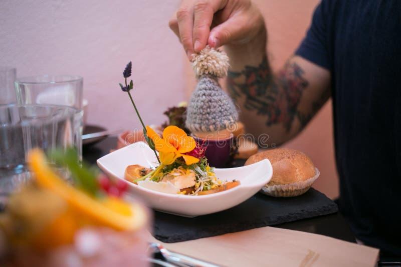 Décoration tricotée mignonne pour le brunch ou le petit déjeuner image stock