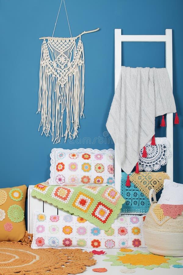 Décorations à la maison tricotées photographie stock libre de droits