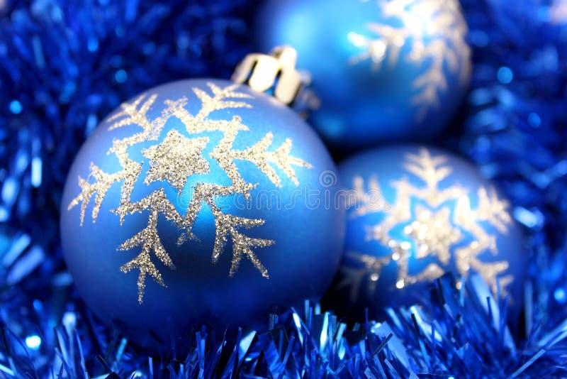 Décorations bleues de Noël images stock