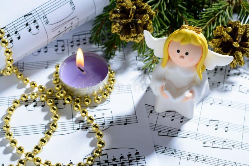 Décorations, bougies, chiffres des anges et notes de Noël photo libre de droits