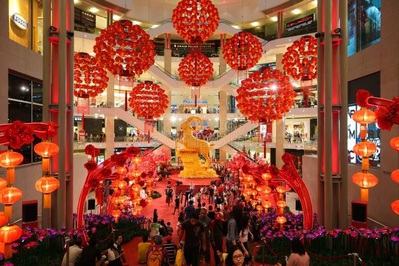 Décorations chinoises de lanterne de nouvelle année de mail de Pavillion belles photographie stock libre de droits