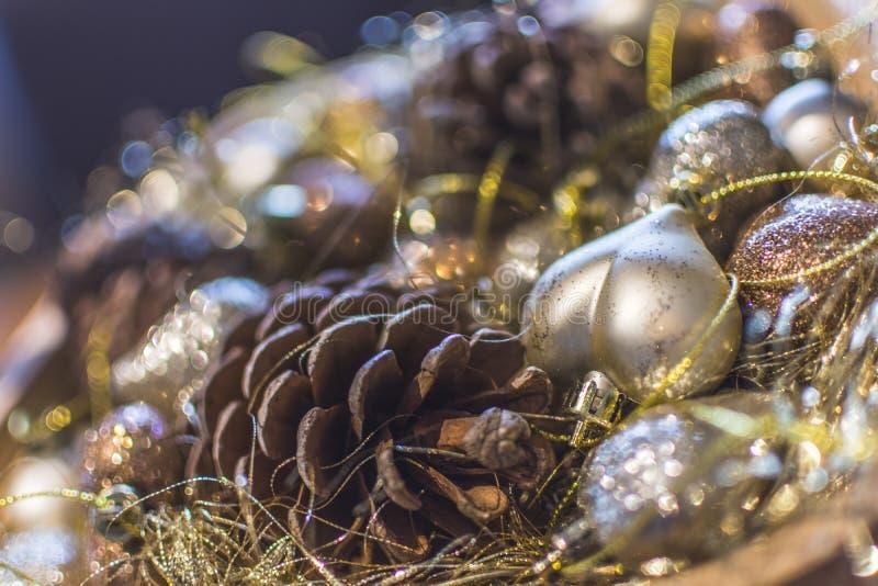 Décorations colorées de Noël avec la profondeur extrême du champ et du bokeh crémeux coloré images stock