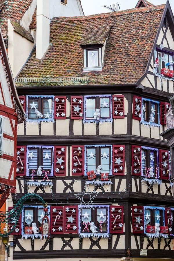 Décorations colorées sur le marché de Noël à Colmar photo stock