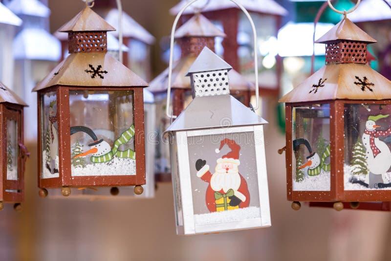 Décorations colorées sur le marché de Noël à Strasbourg, Alsa photos stock