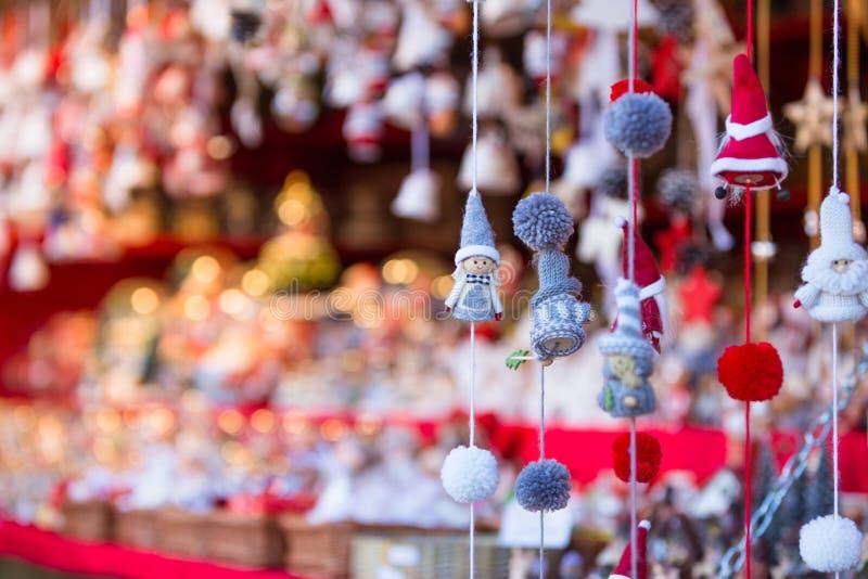 Décorations colorées sur le marché de Noël à Strasbourg, Alsa photo libre de droits