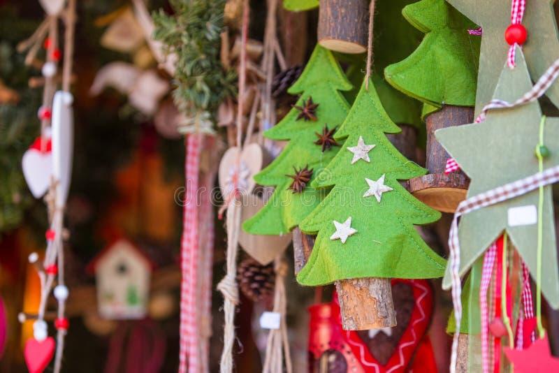 Décorations colorées sur le marché de Noël à Strasbourg, Alsa image libre de droits