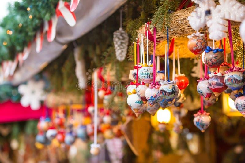 Décorations colorées sur le marché de Noël à Strasbourg, Alsa images stock