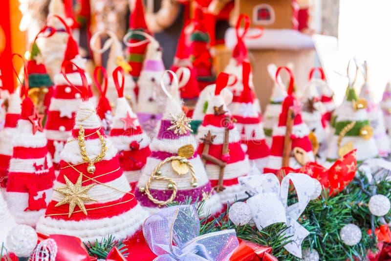 Décorations colorées sur le marché de Noël à Strasbourg, Alsa photos libres de droits