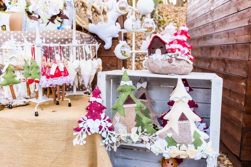 Décorations colorées sur le marché de Noël à Strasbourg, Alsa image stock