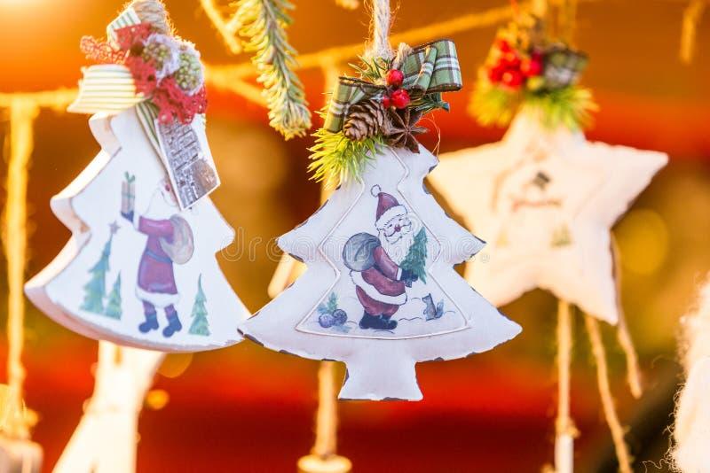 Décorations colorées sur le marché de Noël à Strasbourg, Alsa images libres de droits