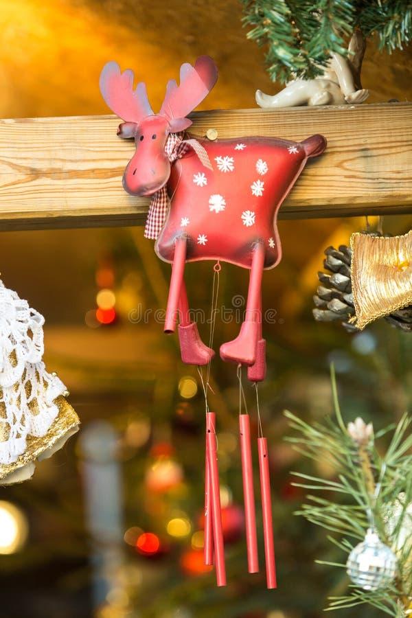 Décorations colorées sur le marché de Noël en Alsace image stock
