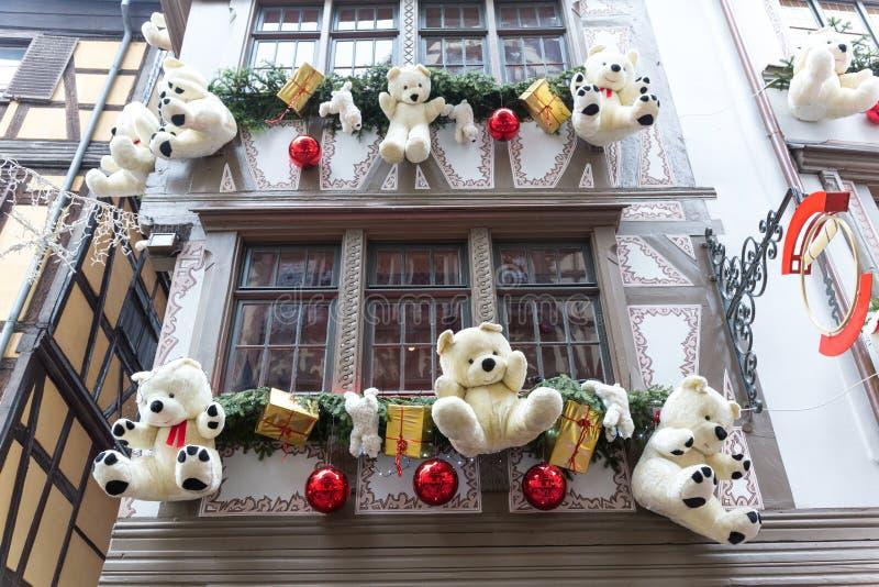 Décorations colorées sur le marché de Noël en Alsace photographie stock
