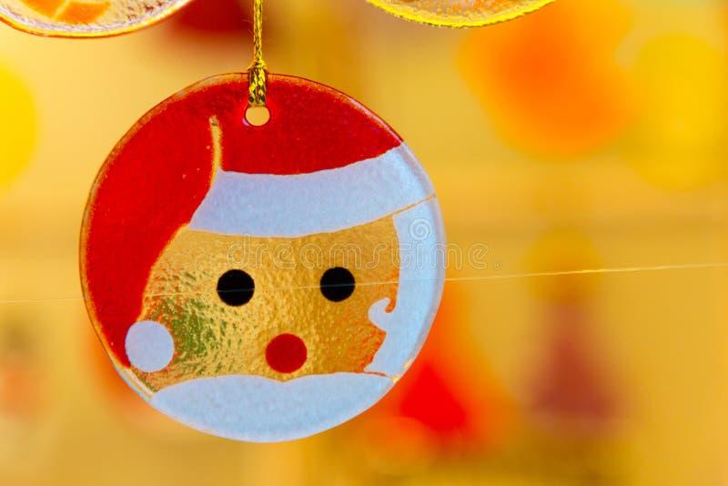 Décorations colorées sur le marché de Noël en Alsace photo libre de droits