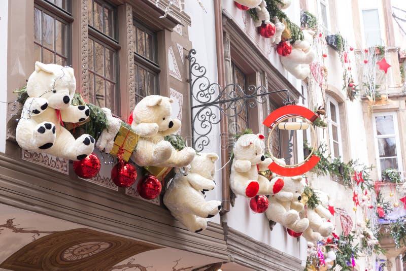 Décorations colorées sur le marché de Noël en Alsace photographie stock libre de droits