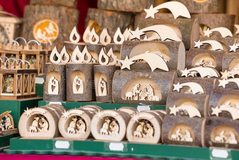 Décorations colorées sur le marché de Noël en Alsace photos stock